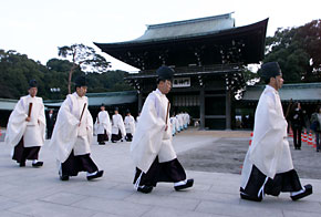 0-japan-7-shinto_priests.jpg