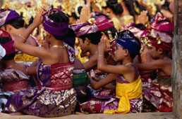 L-11-1176-children_and_adults_in_traditional_costume_praying_at_pura_penataran_agung__pura_besakih__indonesia-Z000UCGV.jpg