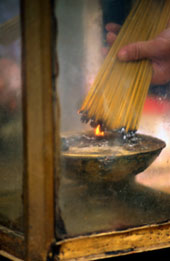 L-11-1177-burning_incense_sticks__hong_kong__china-Z000UA8M.jpg