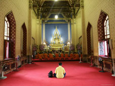 L-21-2156-man_and_monks_praying__wat_benchamabophit_marble_temple__bangkok__thailand__southeast_asia-Z00DCHFJ.jpg
