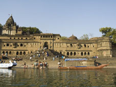 L-21-2178-shiva_hindu_temple_and_ahilya_fort_complex_on_banks_of_the_narmada_river-Z00DCNCY.jpg