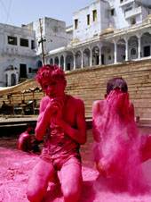 L-28-2812-boys_purify_themselves_with_pink_powder_during_holi_festival__pushkar__india-Z00DOXG5.jpg