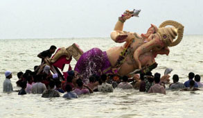 L-17-1728-devotees_immerse_a_giant_clay_idol_of_hindu_elephant_headed_god_ganesh_into_the_arabian_sea__bombay-Z00D3672.jpg