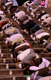 L-11-1178-worshippers_praying_on_steps_of_jama_masjid__delhi__india-Z000UZ7J.jpg
