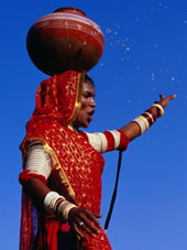 L-20-2097-performer_dancing_with_water_pot_at_holi_festivities__jaipur__india-Z00D2PHW.jpg