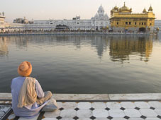 L-21-2163-sikh_pilgrim_sitting_by_holy_pool__golden_temple__amritsar__punjab_state__india-Z00DCAIA.jpg