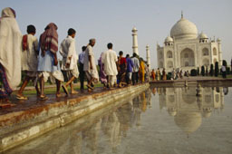 L-16-1627-a_line_of_pilgrims_visiting_the_the_taj_mahal-Z00DFR5W.jpg