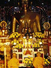 L-21-2171-buddhist_monks_worshipping_inside_temple__wat_phrathat_doi_suthep__chiang_mai__thailand-Z00DCKNH.jpg