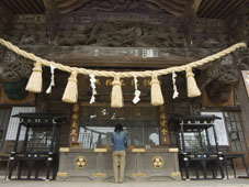 L-21-2166-girl_praying_at_shrine_under_giant_rope__takao_jinja_shrine__takao_san_mountain__tokyo__japan-Z00DCI9G.jpg