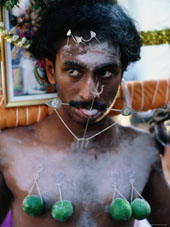 L-21-2187-kavadi_with_piercings_at_thaipusam_hindu_festival_of_purification__singapore-Z00DABW4.jpg