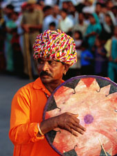 L-28-2812-rajastani_musician_playing_drum_during_elephant_festival_parade__jaipur__india-Z00DOXG3.jpg