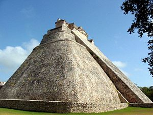 0-ameryka-Uxmal_Pyramid_of_the_Magician.jpg